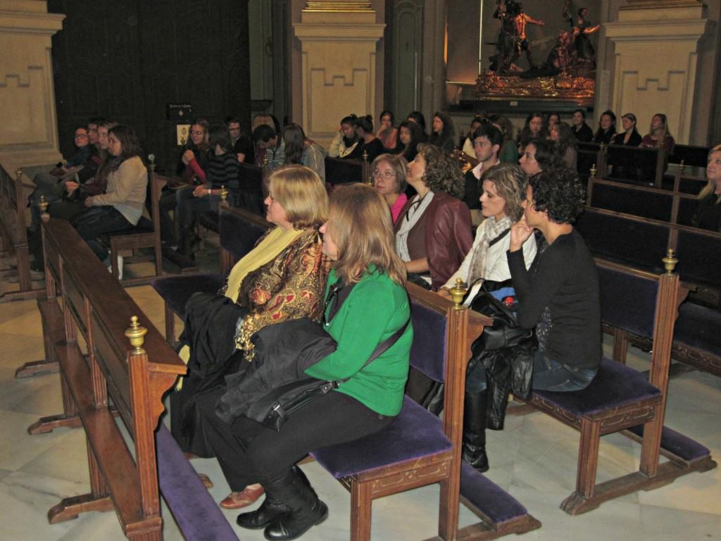 Grupo visitante en la Iglesia de Jesús