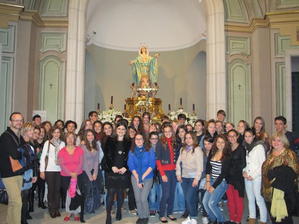 Todo el grupo visitante junto a la Directora del Museo Salzillo