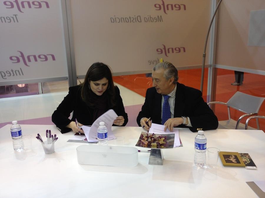 Firma del convenio entre a directora del museo, María Teresa Marín Torres y el presidente de Renfe Julio Gómez-Pomar Rodriguez