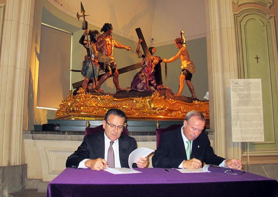 Patricio Valverde y Antonio Gómez Fayrén en la firma del convenio Museo Salzillo-Iberdrola
