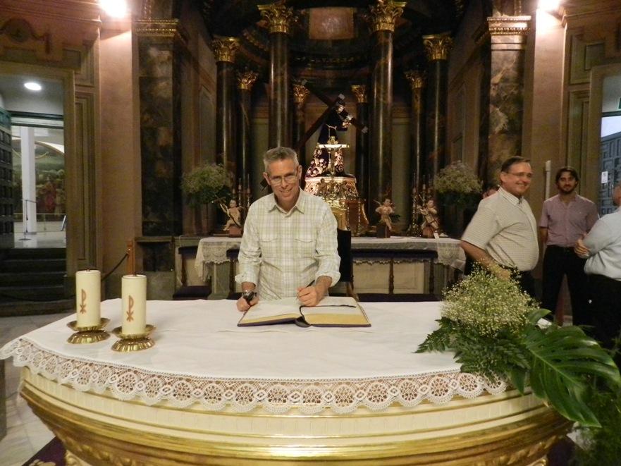 Michael Perry, Ministro General de la Orden Franciscana, firma en el libro de visita