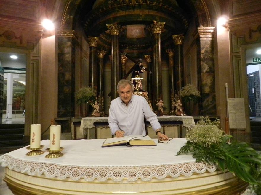 El actor Antonio Valero firmando el libro de visitas