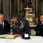 D. Melencio Hernández firmando el libro de visitas