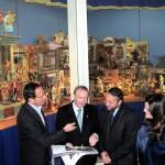 D. Miguel Ángel Cámara, D. Antonio Gómez Fayrén, D. Rafael Gómez y Dª María Teresa Marín ante el Belén Napolitano