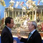 D. Miguel Ángel Cámara y D. Antonio Gómez Fayrén ante el Belén Napolitano