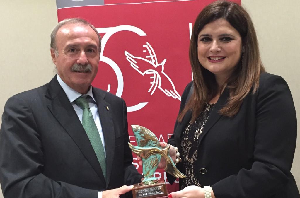 Antonio Gómez Fayren y María Teresa Marín recogiendo el galardón